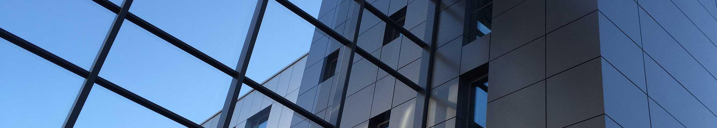 Zu sehen ist die spiegelnde Fassade des Firmensitzes der Tarifhaus Ag in München.