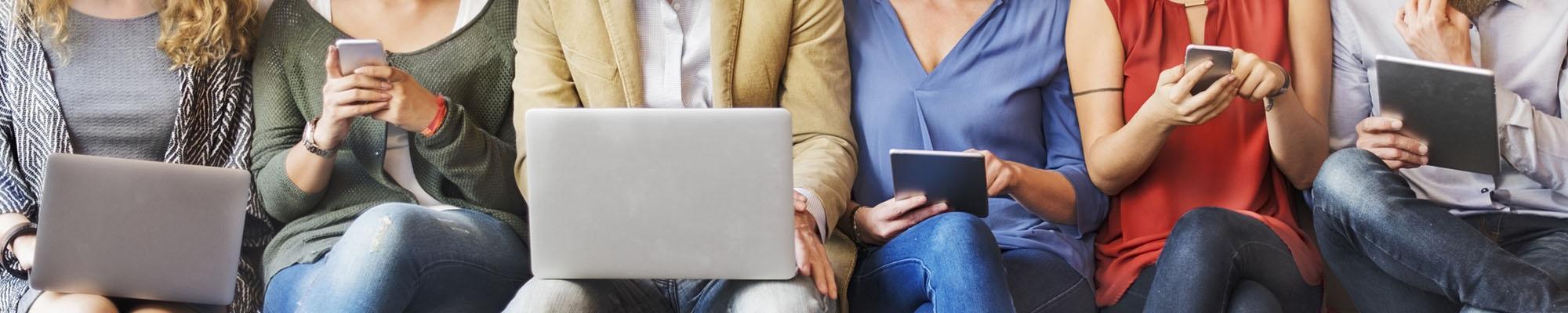 Zu sehen sind Smartphone-, Tablet und Laptop-Nutzer des TarifhausClubs.