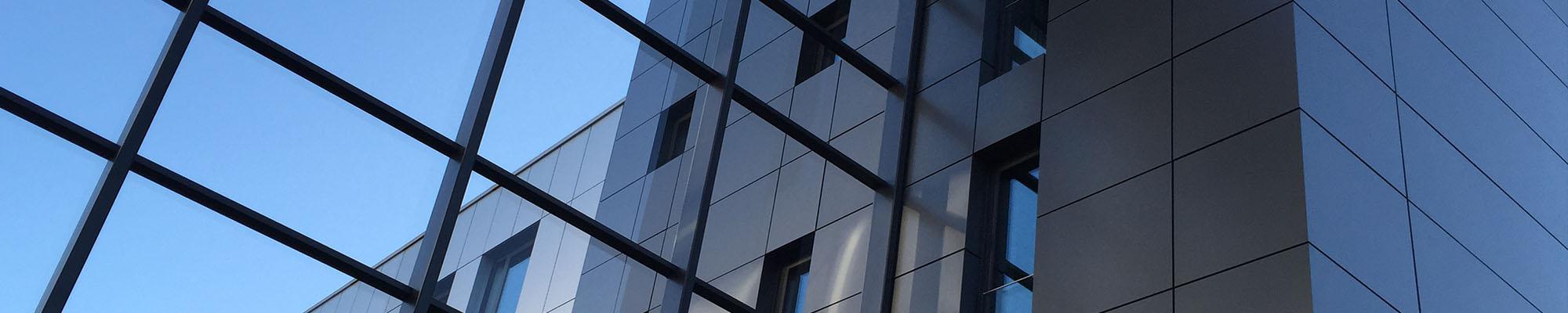 Zu sehen ist die Fassade des Firmensitzes der Tarifhaus AG in München.